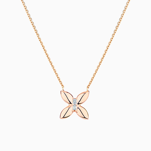 Le collier en or rose en forme de papillon avec deux diamants coupe baguette au centre de la collection Wild d'Ecksand