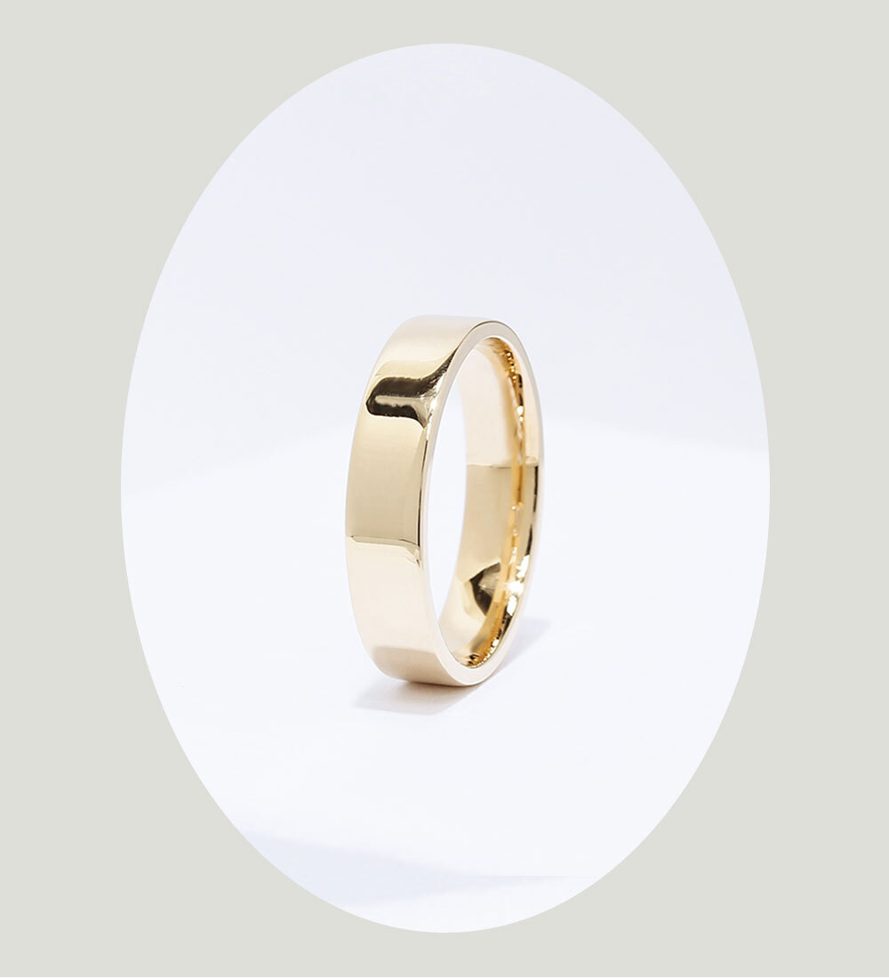 Angle of the Ecksand Men's Classic Wedding Band in Yellow Gold
