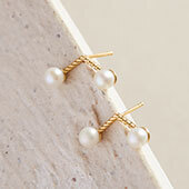 Boucles d'oreilles en or jaune serties de diamants Showcase d'Ecksand de type jacket